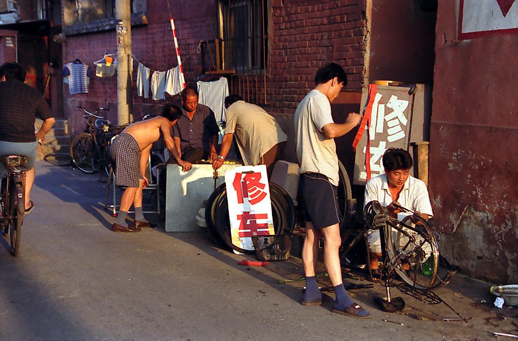 7. Beijing - Fietsenmaker langs de weg